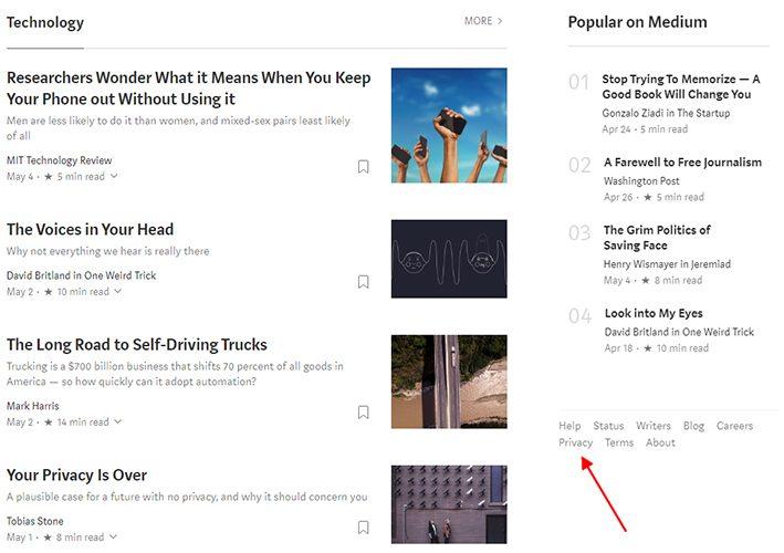 Captura de pantalla de la página de inicio de Medium mostrando el pie con el enlace a la Política de Privacidad